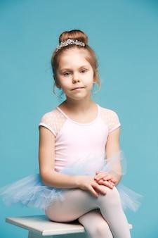 La pequeña bailarina de balerina en la pared azul