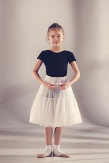 La pequeña bailarina de balerina en la pared gris
