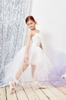 Pequeña bailarina prima joven bailarina preparando