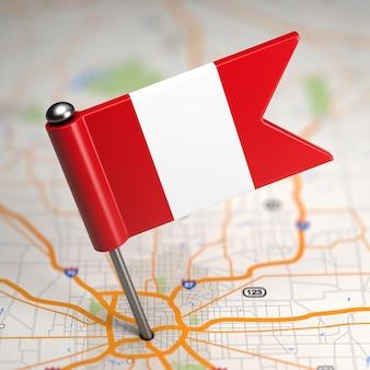 Pequeña bandera de perú sobre un fondo de mapa con enfoque selectivo.