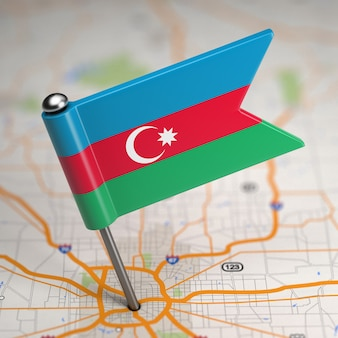 Pequeña bandera de la república de azerbaiyán sobre un fondo de mapa con enfoque selectivo.