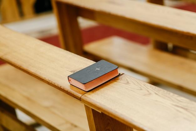 La pequeña biblia se encuentra en la iglesia.