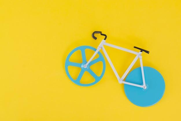 Una pequeña bicicleta sobre un amarillo