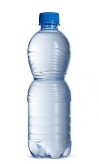 Pequeña botella de agua mineral en plástico aislado en blanco