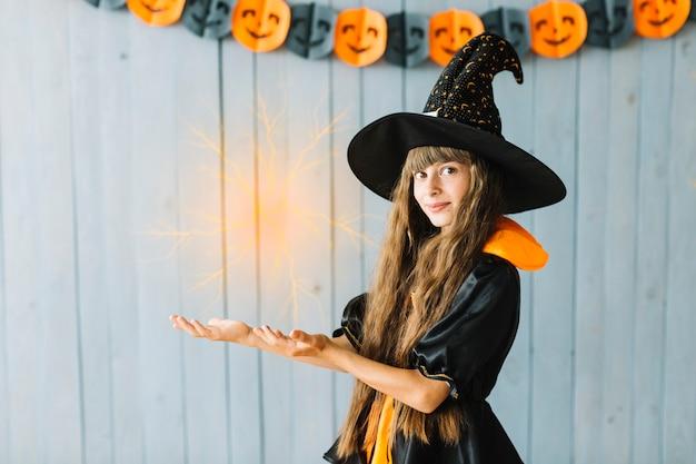 Pequeña bruja de halloween haciendo magia
