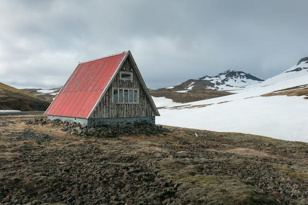 Pequeña cabaña en un campo
