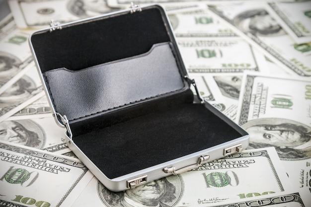 Pequeña caja de aluminio por el dólar.