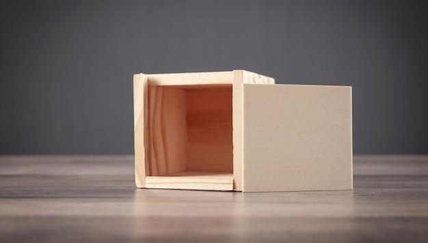 Pequeña caja de madera sobre la mesa de madera.