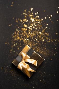 Pequeña caja de regalo con lentejuelas en mesa