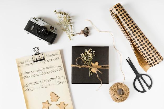 Pequeña caja de regalo con notas musicales sobre papel.