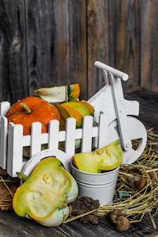 Pequeña calabaza sobre fondo de madera, otoño