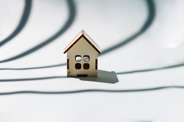 Pequeña casa de madera en blanco