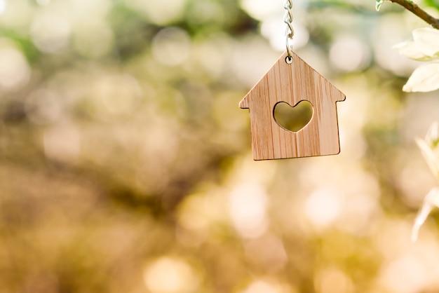Pequeña casa de madera pesa sobre el árbol.