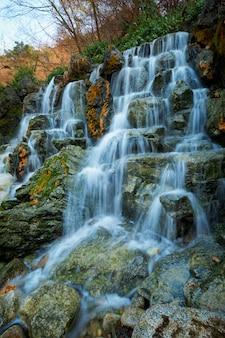 Pequeña cascada cascada
