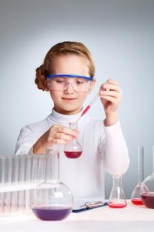 Pequeña científica jugando en el laboratorio