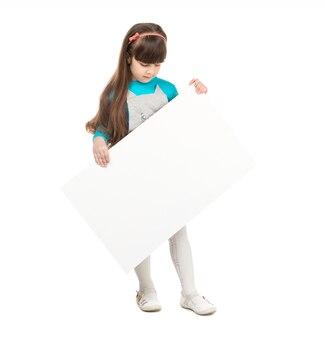 Pequeña colegiala con papel en blanco