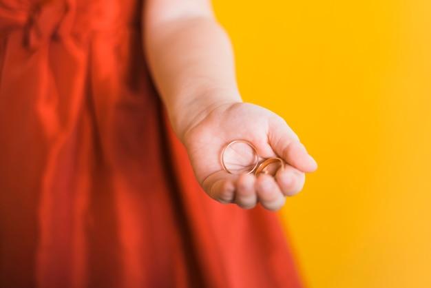 Pequeña dama de honor adorable sosteniendo monedas