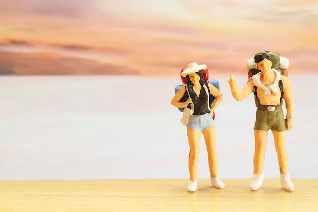 Pequeña figura de viajero para el día mundial del turismo