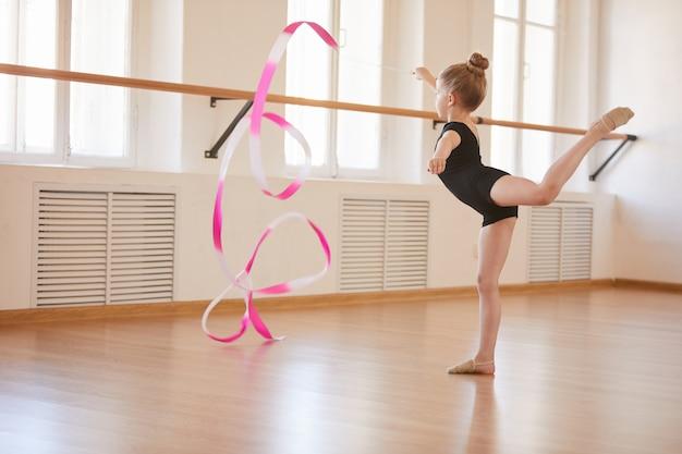 Pequeña gimnasta con cinta