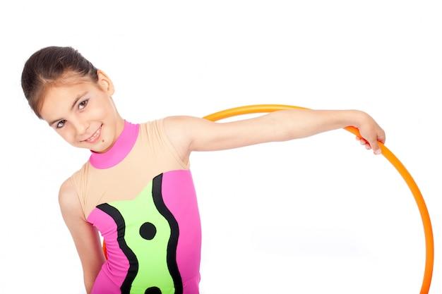 Pequeña gimnasta rítmica con aro