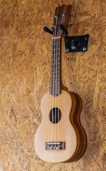 Una pequeña guitarra colgada en la pared de una cafetería.