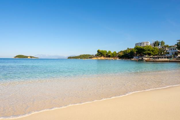 Pequeña y hermosa bahía con playa de arena.