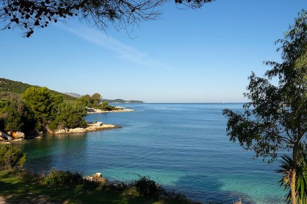 Pequeña y hermosa bahía con playa.