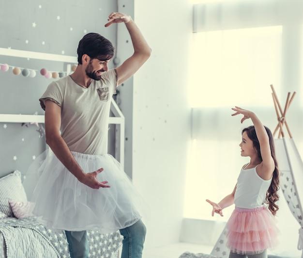 Pequeña hija linda y su padre guapo.