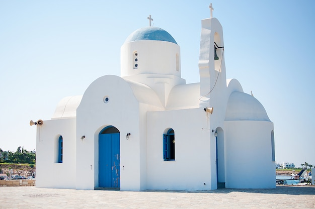 Pequeña iglesia local junto al mar, chipre, protaras