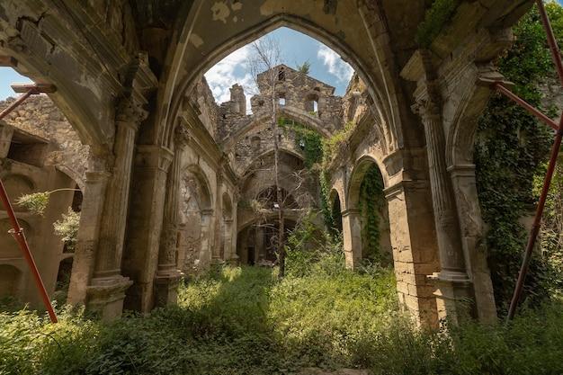 Pequeña iglesia mediterránea abandonada