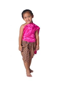 Pequeña muchacha asiática en los vestidos tradicionales tailandeses aislados en el fondo blanco