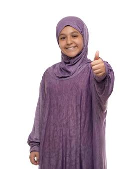 Pequeña mujer musulmana con pulgar hacia arriba signo aislado en blanco