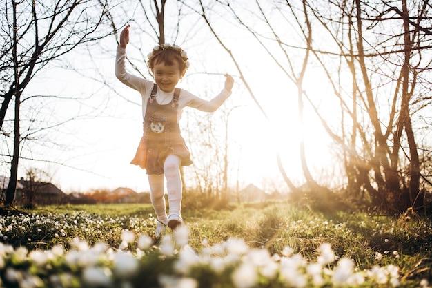 La pequeña niña caminando por el parque
