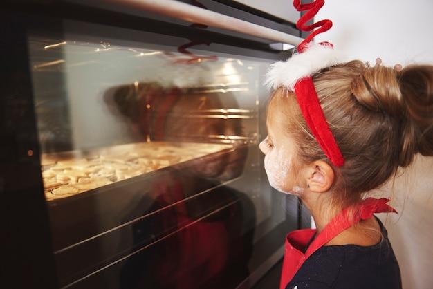 Pequeña niña esperando galletas