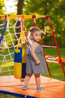 La pequeña niña jugando al aire libre