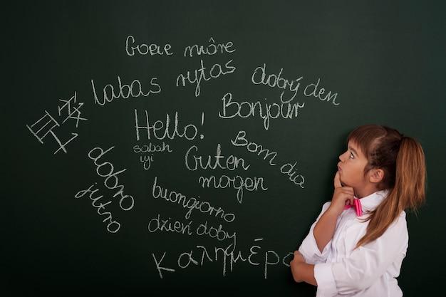 Pequeña niña pensando en frases extranjeras