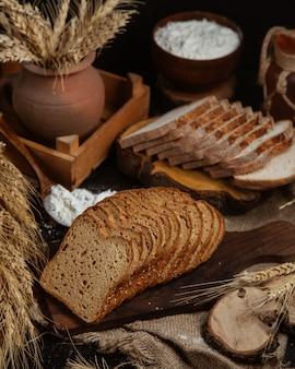 Pequeña planta de pan y trigo en rodajas.