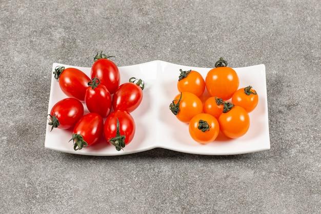 Una pequeña porción de tomates, en el mármol.