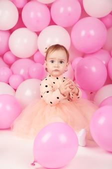 Pequeña princesa feliz en la fiesta de chicas rosa. primer cumpleaños