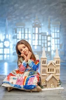 Pequeña princesa linda en la decoración del estudio del castillo de hielo