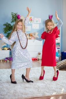 Pequeña princesa con ropa de mamá