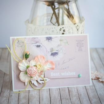 Pequeña tarjeta de felicitación hecha a mano con flores de papel.