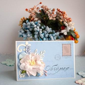 Pequeña tarjeta de felicitación hecha a mano.