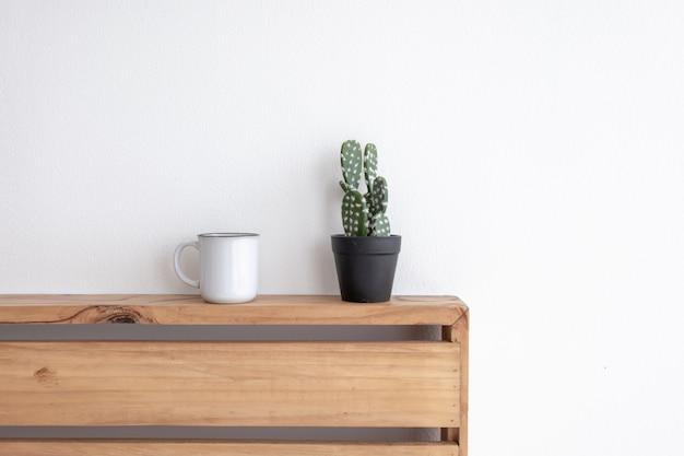 Pequeña taza blanca de café en una acogedora habitación blanca por la mañana.