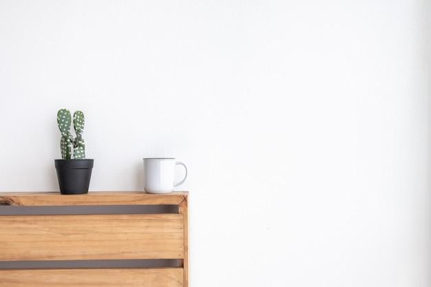 Pequeña taza de café blanca en una acogedora habitación blanca.