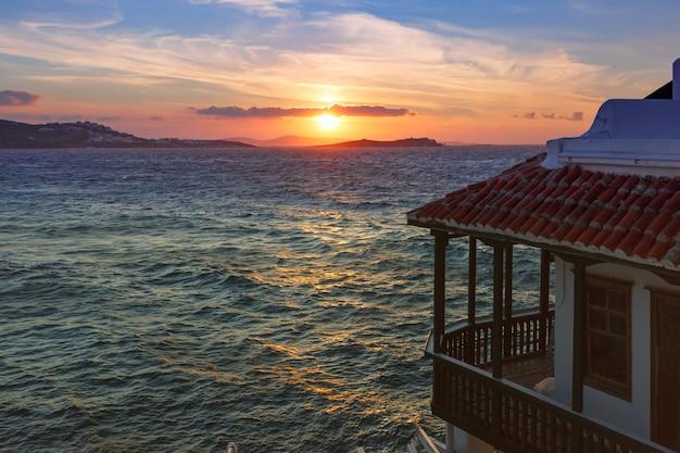 Pequeña venecia al atardecer en la isla de mykonos, grecia