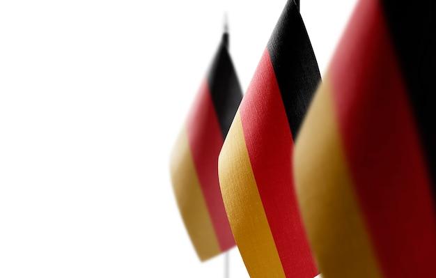 Pequeñas banderas nacionales de alemania en blanco