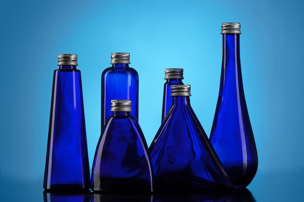 Pequeñas botellas azules