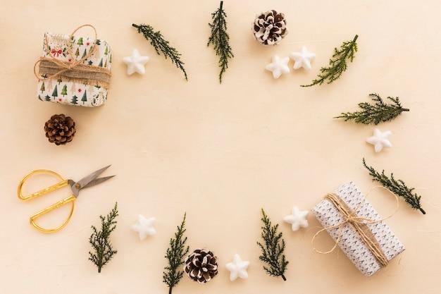 Pequeñas cajas de regalo con ramas verdes.