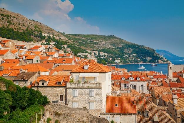 Pequeñas casas con techos rojos en el casco antiguo de dubrovnik, croacia